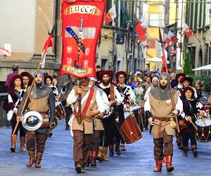 Lucca: colpi di cannone da P.le Verdi per celebrare la festa di San Paolino