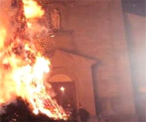A Camporgiano la sera del 24<br>danno fuoco all'albero di Natale