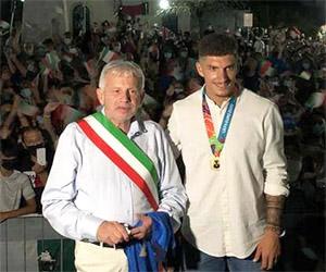 Ghivizzano: folla entusiasta in piazza<br> per festeggiare Giovanni Di Lorenzo