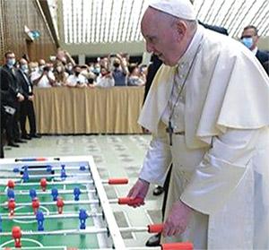 Il Papa si diverte al biliardino con i membri<br> dall'Associazione Calcio Balilla di Altopascio